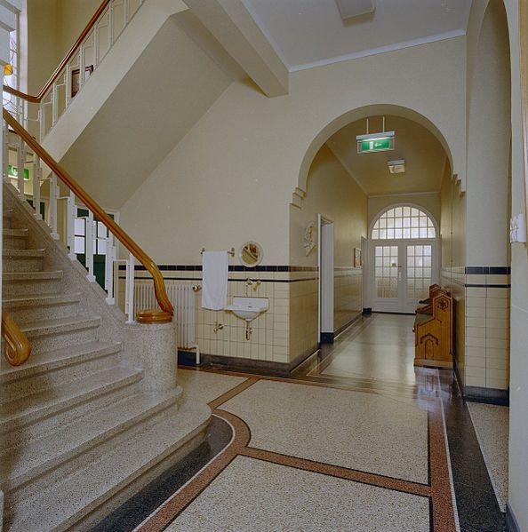 File interieur gang hal met fraaie terazzovloer trapopgang roosendaal 20320738 for Hal ingang