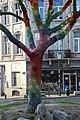 Ixelles, place henri conscience, albero con lavoro a maglia a ragnatela colorato, 05.jpg