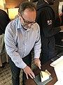 Jimmy Wales découpe fromage Wikimania Montréal.jpg