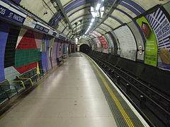 Kings Cross St Pancras stn Piccadilly southbound look north.JPG
