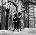 Koninklijke garde bij de toegangsdeur van Paleis Brockdorff op het plein van Slo, Bestanddeelnr 252-8700.jpg