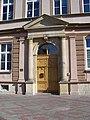 Kralupy nad Vltavou, Komenského náměstí 198, základní škola, vchod.jpg