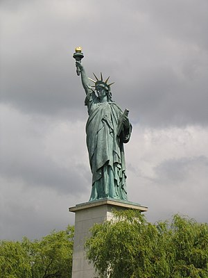 La statue de la Liberté du pont de Grenelle à Paris.JPG
