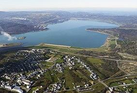 Lago e vila das Pontes.