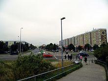 9a92e2db7a Das Sonnenblumenhaus von der S-Bahn-Brücke aus gesehen, davor ein nach 1992  auf einer früheren Grünfläche erbauter Fachmarkt, links davon die Güstrower  ...