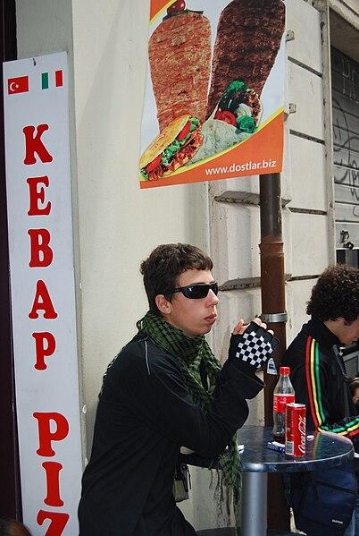 File:Márcio Marques - Cópia de Os papparazi's apanham com cada foto.jpg