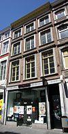 foto van Huis met lijstgevel, met vensters in Naamse steen.
