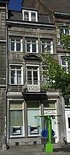 foto van Huis met lijstgevel van hardsteen, eindigend in een hoofdgestel met trigliefenfries.
