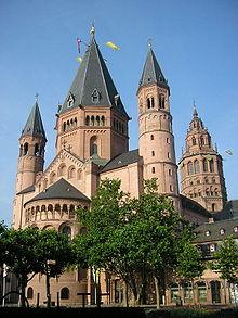Находится юго-западнее Франкфурта на Майне (и расположился на реке Нахе, окружен виноградниками и лесами.