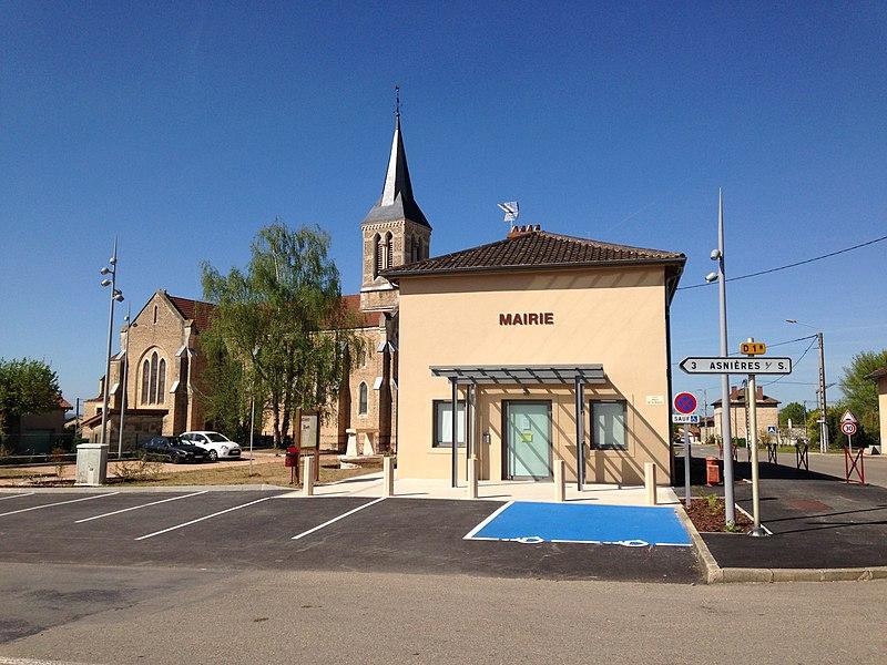 Vue sur la mairie et l'église du village d'Ozan