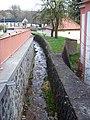 Malá Chuchle, V lázních, potok u kostela.jpg