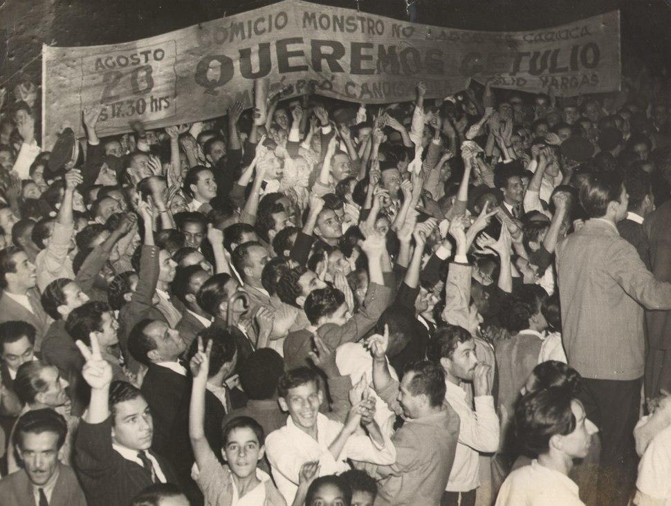 Manifestação a favor de Getúlio Vargas ao final do Estado Novo