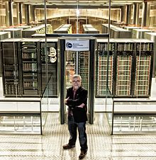 Mateo Valero junto al superordenador MareNostrum del Barcelona Supercomputing Center en 2013.jpg