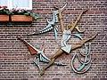 Millingen, gevelrelief op woning bij kerk door Joop Puntman.JPG