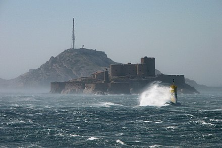Mistral wind blowing near Marseille. In the center is the Chateau d'If Mistral sur le Frioul.JPG