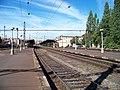 Nádraží Praha-Vršovice, pohled z východního konce 3. nástupiště k nádražní budově.jpg