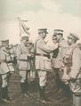 Na frente portuguesa, o General Gomes da Costa condecorando praças com a Cruz de Guerra - Ilustração Portugueza (22Jul1918).png