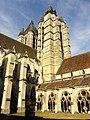 Noyon (60), cathédrale Notre-Dame, clochers de la façade, vue depuis le cloître.jpg