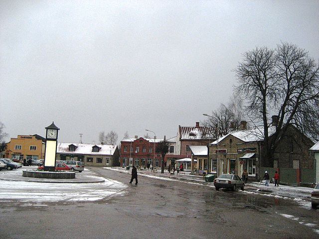 https://upload.wikimedia.org/wikipedia/commons/thumb/5/54/Oldtown_square_Jekabpils.JPG/640px-Oldtown_square_Jekabpils.JPG