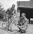 Olympiatoer van start, A. van Middelkoop (links) en E. Dolman helpen elkaar, Bestanddeelnr 917-8166.jpg