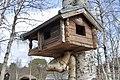 Oppdalsmuseet Bygdemuseum Fuglebrett Bird tray feeder Miniatyrhus lite hus Miniature log house Nakne bjørketrær Birchs Vår Spring etc Oppdal Open-air Museum Trøndelag Norway 2019-04-25 5268.jpg