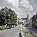 Overzicht van het straatbeeld met zicht op de noordwestgevel van de kerktoren - Lexmond - 20382257 - RCE.jpg