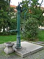 Park, z toho jen - litinová pumpa (Hradčany), Praha 6, Hradčanské náměstí, Hradčany.JPG