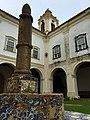 Patio interno do Mosteiro do Carmo.jpg