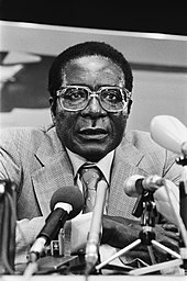 Robert Mugabe, omringd door microfoons