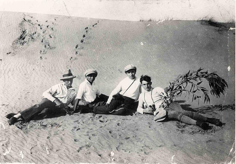 קבוצת בחורים בחולות