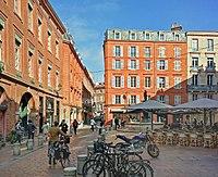 Place Roger-Salengro (Toulouse) - vue depuis la rue des Puits-Clos.jpg
