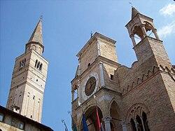 Pordenone-Palazzo comunale e campanile del Duomo di San Marco.jpg