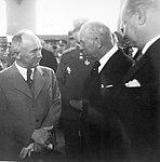 Prezident E. Beneš naschlouchá výkladu V. Kumpery (Letecká výstava Praha, červen 1937).jpg