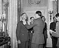 Prins bernhard hangt een militair een onderscheiding om, Bestanddeelnr 255-8066.jpg