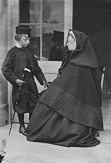 Die trauernde Victoria mit ihrem Sohn Prinz Leopold (1862) (Quelle: Wikimedia)