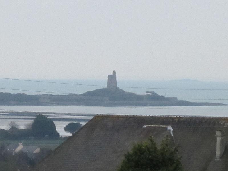 Vue sur l'île de Tatihou depuis l'église Saint Vigor