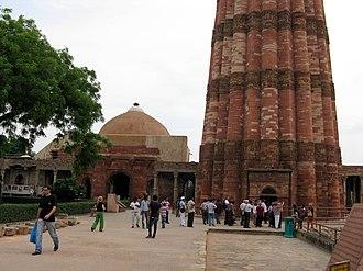 Qutb Minar - Image: Qutub minar and a tomb