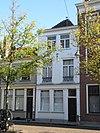 foto van Pand van twee vensterassen, parterre, verdieping en zolderverdieping, schilddak
