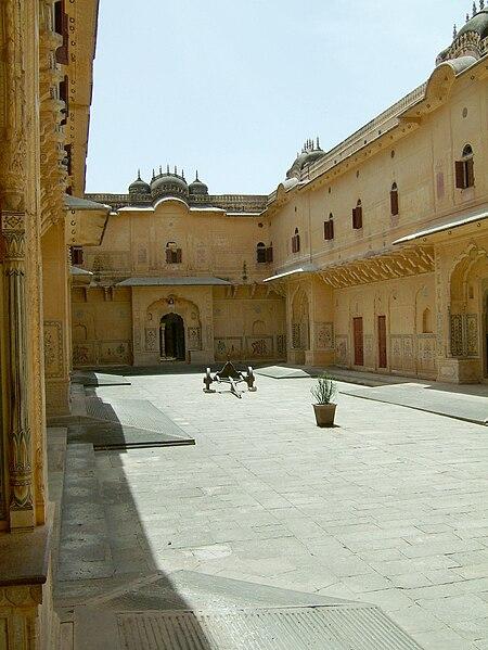File:Rajasthan-Jaipur-Nahargarh-Fort-compound-Apr-2004-03.JPG