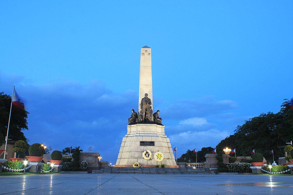 Rizal Monument at Dusk.jpg