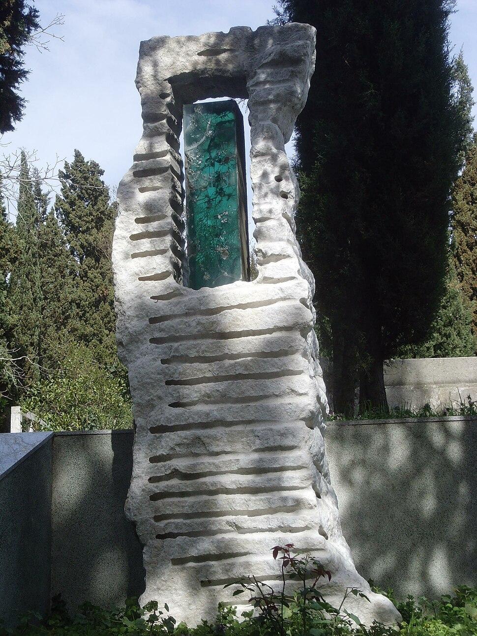 Ruhi su mezar taşı