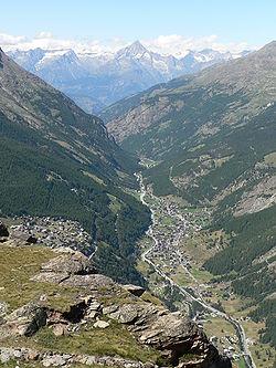 Güney İsviçre'den bir görünüş: sağda Saas-Grund  ve solda Saas-Fee.