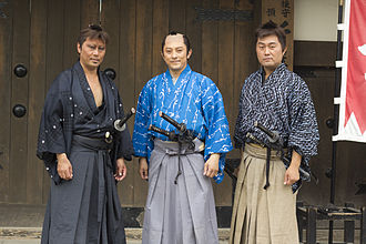 Rōnin - Actors portraying ronin on left and right, employed samurai in the middle