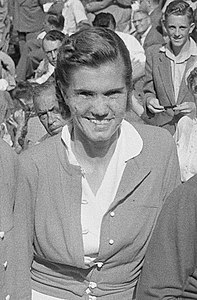 Shirley Fry Irvin 1953 (cropped).jpg