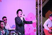 """สุทธิศักดิ์ สินเจริญ นักร้องวง """"สินเจริญ บราเธอร์ส"""" ในการแสดงดนตรี ณ ห้างมาบุญครอง กรุงเทพมหานคร วันที่ 14 กุมภาพันธ์ 2555"""
