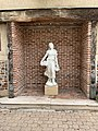 Statue Fille Raisins Place Jean Blanc Vonnas 1.jpg