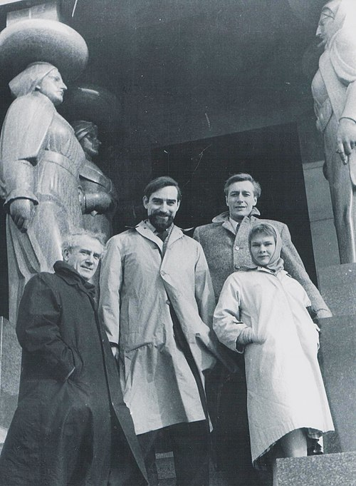 Dench with Laurence Olivier, Joseph O'Conor, and John Neville at the Monument to the Unknown Hero on Mount Avala, Serbia in the early 1970s Stevan Kragujevic, Laurence Olivier, Judi Dench, John Neville and Joseph O'Conor in Belgrade.JPG