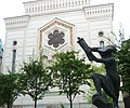 Stockholms stora Synagoga med statyn Flykten med Toran 2012.JPG