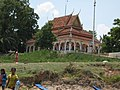There were a lot of people around the Wat (14329663782).jpg