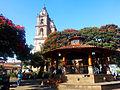 Torres de la Parroquia de San Francisco de Asís vistas desde la Plaza Central, Valle de Bravo, México.jpg